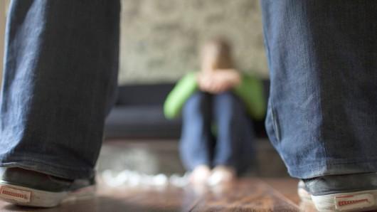 Der Angeklagte soll seine damals neunjährige Stieftochter merfach missbraucht haben. (Symbolbild)