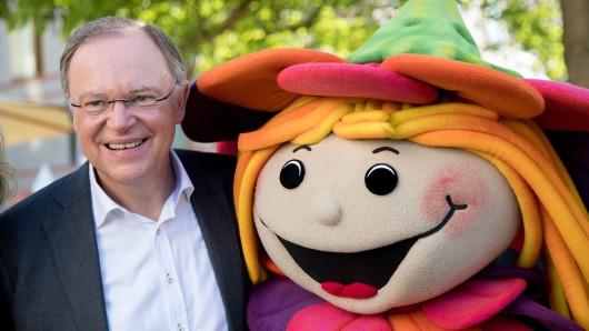 Niedersachsens Ministerpräsident Stephan Weil (SPD) posiert mit dem Maskottchen für die Landesgartenschau in Bad Iburg zusammen (Archivbild).