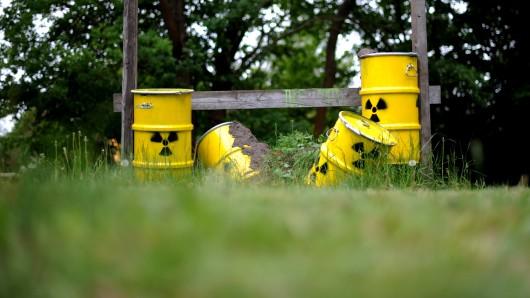 Umweltaktivisten haben fiktive Atommüllfässer aufgestellt (Symbolbild).