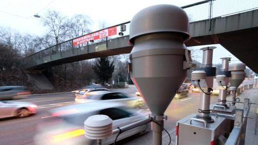Autos fahren an einer Luftmessstation in Stuttgart vorbei (Archivbild).