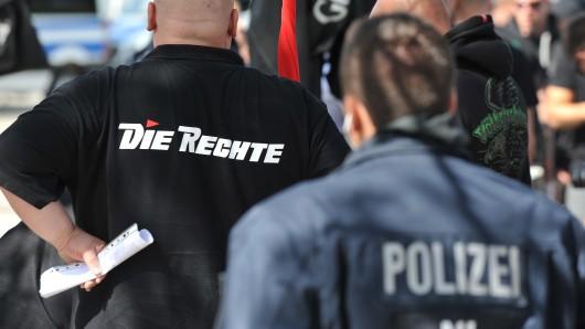 Die Polizei hat ein Auge auf die Anhänger der Partei Die Rechte (Archivbild).