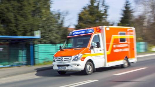 Ein Krankenwagen fährt mit Blaulicht auf einer Landstraße in der Nähe von Lohmar ( Rhein-Sieg-Kreis / NRW ). Rettungswagen *** An ambulance is driving with blue lights on a country road near Lohmar Rhein Sieg Kreis NRW ambulance