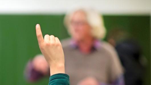 """ARCHIV - ILLUSTRATION - 27.11.2013, Niedersachsen, Hannover: Ein Lehrer steht in einem Gymnasium an der Tafel. Der Lehrerverband Bildung und Erziehung Nordrhein-Westfalen (VBE) stellt am Mittwoch eine Erhebung zum Thema Gewalt gegen Lehrkräfte vor. Die Studie behandelt das Thema aus Sicht der Schulleiter. Die bundesweiten Ergebnisse werden zeitgleich in Berlin präsentiert. (zu dpa: """"Gewalt gegen Lehrer - Verband stellt Studie vor"""" vom 02.05.2018) Foto: Julian Stratenschulte/dpa +++ dpa-Bildfunk +++"""