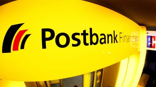 Ein 61-jähriger Peine wurde in der Postbank überfallen (Symbolbild).