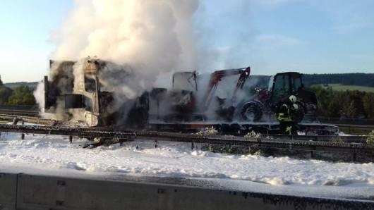 Der Lkw brannte völlig aus.