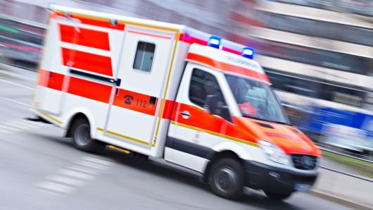 Der Mann wurde schwer verletzt ins Krankenhau gebracht (Symbolbild).