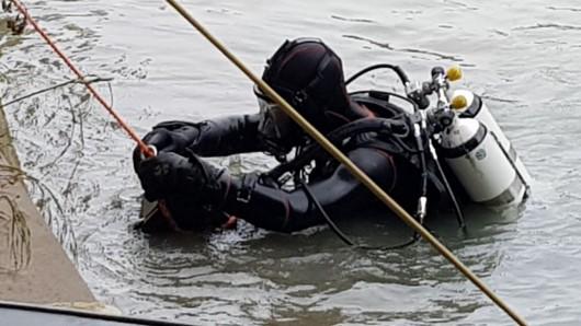 Taucher hatten den Jungen im Wasser gefunden (Symbolbild).