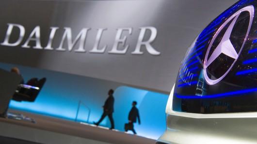 """ARCHIV - 29.03.2017, Berlin: Vorstandsmitglieder der Daimler AG kommen zur Hauptversammlung der Daimler AG. (zu dpa: """"Daimler dürfte im ersten Quartal zulegen -starker Euro belastet"""" vom 27.04.2018) Foto: Soeren Stache/dpa +++ dpa-Bildfunk +++"""
