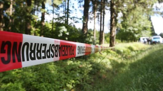 Recht schnell geht die Polizei davon aus, dass die Frau keines natürlichen Todes gestorben ist (Symbolbild).