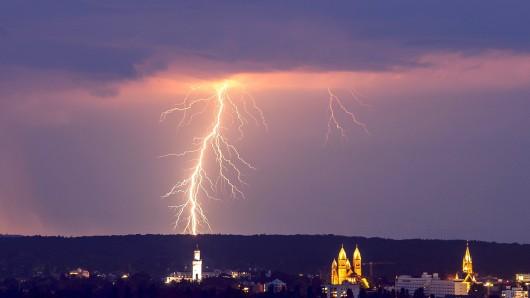 Ein Blitz ist am Freitagnachmittag direkt neben einer Schule eingeschlagen. (Symbolbild)