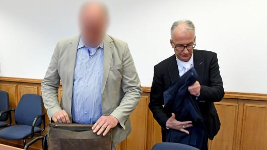 Der Geschäftsführer des Schwimmbades steht mit seinem Verteidiger Christian Steding (rechts) im Gerichtssaal des Amtsgerichts (Archivbild).