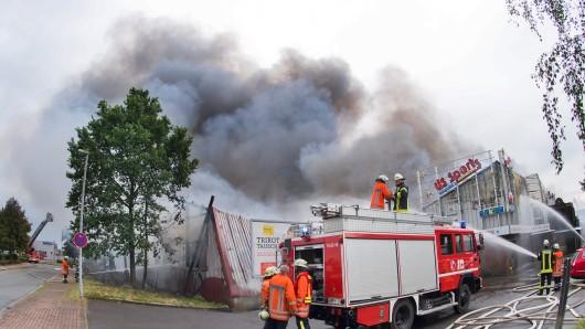Mehr als 250 Rettungskräfte löschen den Brand in dem Sporthallenkomplex mit Bowlingbahnen und Kinder-Spielecenter.