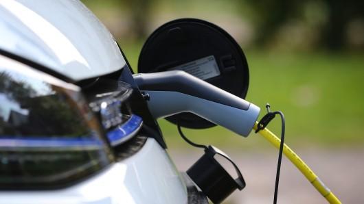 Ein Elektroauto von Volkswagen wird an einer kommunalen Ladestation mit Strom geladen (Symbolbild).