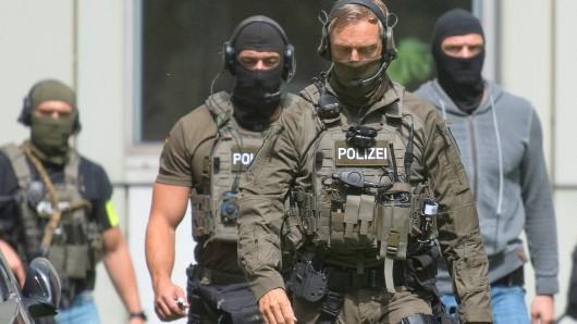 Spezialkräfte der Polizei rückten zur Durchsuchung der Wohnungen der Verhafteten an (Symbolbild).