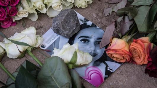 Blumen liegen neben und auf einem Foto in der Nähe des Leichenfundortes von Susanna F. Die 14-jährige wurde Opfer eines Sexualdeliktes.
