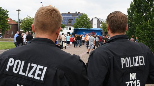 Zahlreiche Polizisten sperren den Kundgebungsplatz der AfD ab.