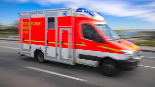 Die 51-Jährige wurde mit dem Rettungswagen in ein Krankenhaus gebracht. (Symbolbild)