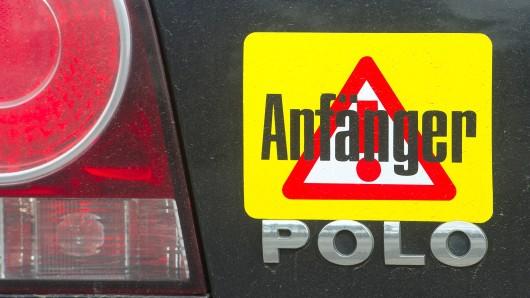 Der Mann hatte sich als Prüfling ausgewiesen und die theoretische Führerscheinprüfung für seine Kunden abgelegt (Symbolbild).