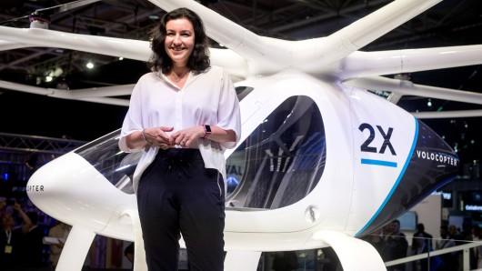 Dorothee Bär (CSU), Staatsministerin für Digitalisierung, steht am Stand von Intel bei der Digitalisierungsmesse Cebit vor der Passagier-Drohne Volocopter 2x (Archivbild).