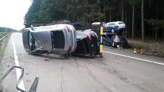 Acht neue Fahrzeuge befanden sich auf dem havarierten Autotransporter. Der Fahrer blieb unverletzt.