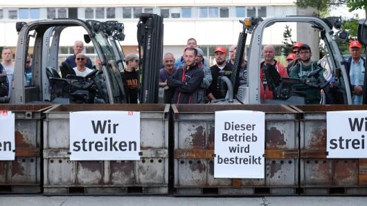 Am Leipziger Werk blockierten streikende NHG-Beschäftigte die Auslieferung bereits fertiggestellter Motorblöcke.