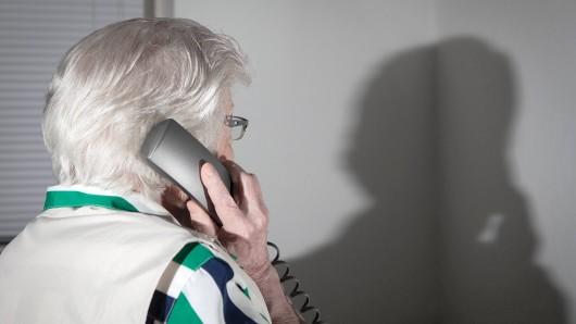 Zurzeit wieder eine beliebte Masche bei Betrügern: Trickanrufe bei Senioren (Symbolbild)