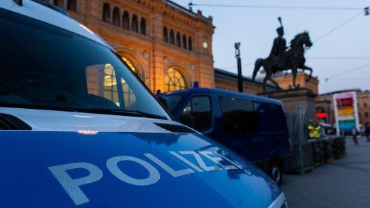 Die Polizei hat in Hannover am Bahnhof drei Jugendliche aufgelesen. Einer von ihnen war sturzbetrunken. (Symbolbild)