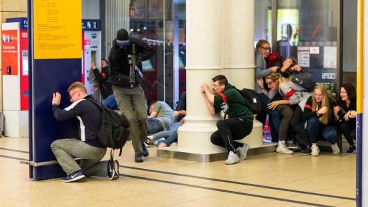 Von Polizeikräften dargestellte Terroristen erstürmen den Hauptbahnhof Hannover.