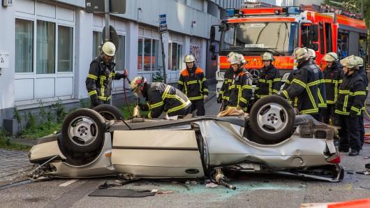 Ein 88 Jahre alter Mann ist mit seinem Auto am Dienstagabend aus dem Parkhaus eines Einkaufscenters in Hamburg mehr als zehn Metern in die Tiefe gestürzt und dabei getötet worden.