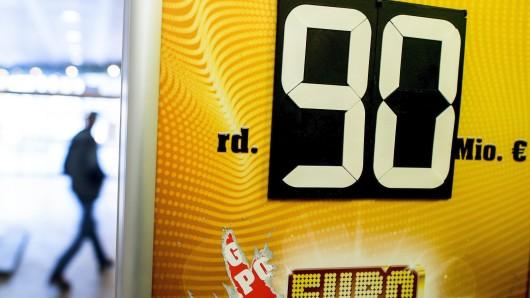 Der Hauptgewinn wurde neun Mal hintereinander nicht ausgegeben und wird am Freitag erneut bei 90 Millionen Euro liegen. Auf diese Summe ist der Eurojackpot gesetzlich gedeckelt. Die weiteren Spieleinsätze bilden einen neuen Jackpot.