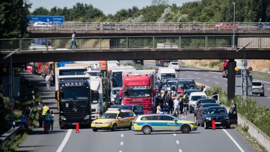 Die Polizei sperrt die Autobahn A2 bei Hannover in Fahrtrichtung Berlin.