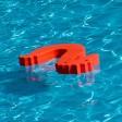 Schwimmhilfen in Form von Seepferdchen schwimmen im Carl-Miller-Bad in Magdeburg - hier kam es am Mittwoch zu einem Tumult.