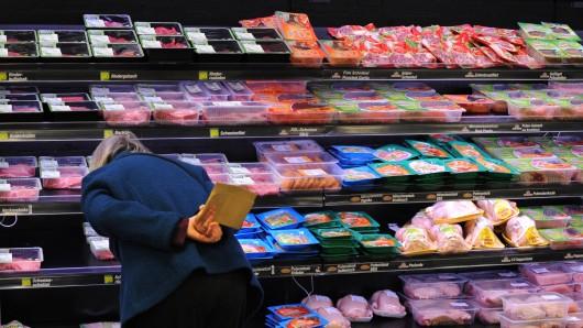 Eine Kundin kauft im Supermarkt Fleisch (Symbolbild).