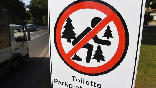 Anschaulich weist ein Schild an der Umleitungsstraße der A20 darauf hin, dass Wildpinkeln und das Verrichten größerer Notdurften im Umfeld der Straße verboten sind.