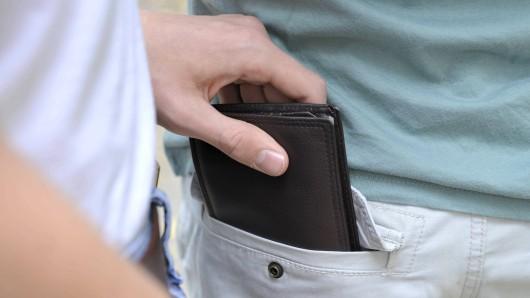 Die Täter klauten ihm nicht nur die Geldbörse sondern auch den Rucksack. (Symbolbild)