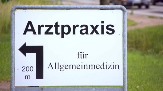Der niedersächsische Landtag debattiert über Maßnahmen, die die hausärztliche Versorgung sicherstellen sollen (Symbolbild).