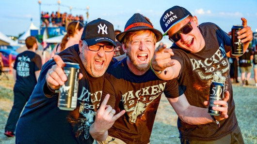 Festivalbesucher feiern auf dem Wacken-Campinggelände - mit Bier aus Braunschweig (Archivbild).