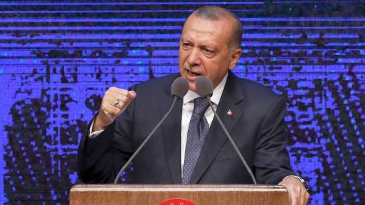 03.08.2018, Türkei, Ankara: Recep Tayyip Erdogan, Präsident der Türkei, stellt seinen Plan für die ersten hundert Tage seiner neuen Amtszeit als Präsident vor. Erdogan war vor rund vier Wochen für eine neue Amtszeit als Präsident vereidigt worden. Er sagte am Freitag, er wolle in den nächsten hundert Tagen seiner Amtszeit mehr als tausend Projekte - von Wirtschaft über Bildung bis hin zur nationalen Sicherheit - verwirklichen. Foto: Burhan Ozbilici/AP/dpa +++ dpa-Bildfunk +++