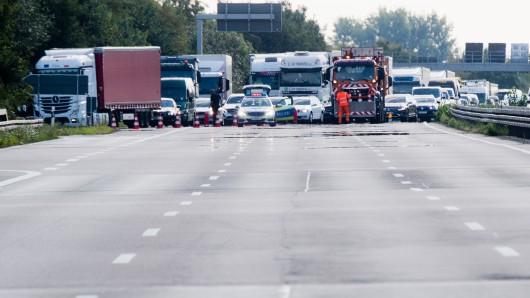 Nach einem Unfall auf der A2 leitet die Polizei den Verkehr ab (Archivbild).
