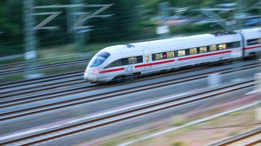 ARCHIV - 27.06.2018 Sachsen-Anhalt, Halle (Saale): Ein ICE 3 fährt am Abend aus dem Hauptbahnhof Halle. (zu dpa-Berichterstattung über die Halbjahreszahlen der Deutschen Bahn vom 25.07.2018) Foto: Jan Woitas/ZB/dpa +++ dpa-Bildfunk +++