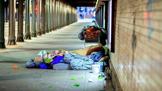 ARCHIV - 26.11.2017, Niedersachsen, Hannover: Ein Obdachloser liegt unter einer Eisenbahnunterführung. (Zu dpa Bericht:Angriffe auf Obdachlose nehmen zu vom 27.08.2018) Foto: Hauke-Christian Dittrich/dpa +++ dpa-Bildfunk +++