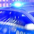 ARCHIV - ILLUSTRATION - 06.08.2015, Schleswig-Holstein, Flensburg: Ein Streifenwagen der Bundespolizei steht mit eingeschaltetem Blaulicht in Flensburg (Schleswig-Holstein) in der Ausfahrt einer Garage. Nach dem gewaltsamen Tod einer 17-Jährigen in Flensburg ist gegen einen 18-jährigen Tatverdächtigen Haftbefehl erlassen worden. Dies teilte ein Sprecher des polizeilichen Lagezentrums in Kiel in der Nacht zum 14.03.2018 mit. Das Mädchen war am 12.03.2018 in einer Wohnung mit schweren Stichverletzungen aufgefunden worden. (zu dpa Haftbefehl nach gewaltsamen Tod von 17-Jähriger erlassen vom 14.03.2018) Foto: Carsten Rehder/dpa +++ dpa-Bildfunk +++