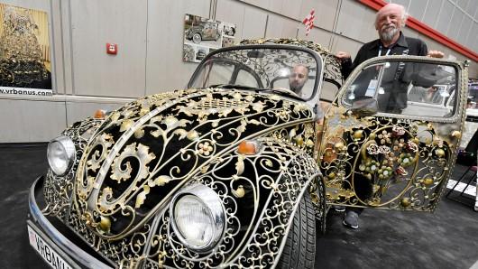 Ein fahrtüchtiger VW-Käfer, den die Bastler Zeljko und Sandro Vrbanus aus Kroatien aufwendig mit von Hand geschmiedeten Elementen und Glitzersteinen versehen haben, gehört zu den Exponaten auf dem Tüftler-Festival Maker Faire.
