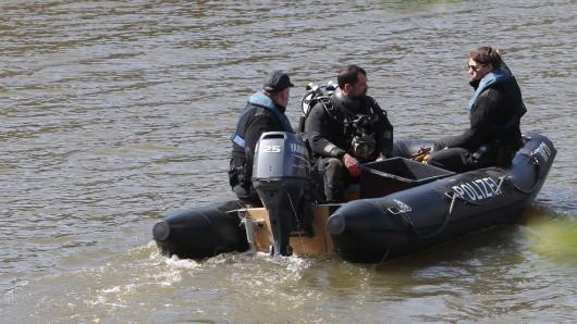 Am Donnerstag sollen auch Polizeitaucher im Lappwaldsee nach dem Vermissten suchen (Symbolbild).