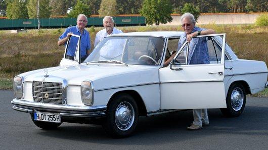 Der 76 Jahre alte Herbert Ulsamer (rechts), ehemaliger Fahrzeugbau-Ingenieur bei Continental, steht mit seinen Ex-Mitarbeitern Klaus Weber (Mitte) und Hans-Jürgen Meyer (links) auf dem Contidrom an einem Mercedes.