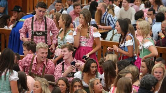 Oktoberfestbesucher haben im Hofbräuzelt Plätze ergattert. Das größte Volksfest der Welt geht bis zum 7. Oktober.