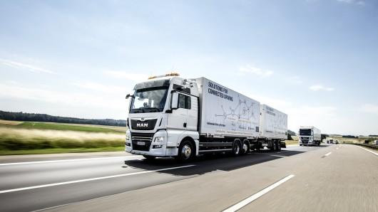 Autonom fahrende Lkw sollen künftig auf der A7 rollen (Symbolbild).
