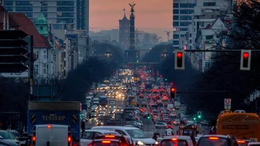 Der morgendliche Berufsverkehr fließt am über den Kaiserdamm in Richtung Mitte.