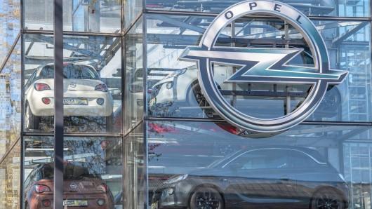 ARCHIV - 19.04.2018, Hessen, Frankfurt/Main: Autos stehen bei einem Opel-Händler hinter einer Glasfassade zum Verkauf. Der Autobauer Opel will bis Ende 2020 acht neue oder überarbeitete Modelle auf den Markt bringen. (zu dpa «Opel plant acht neue Modelle - Kleinwagen Adam wird eingestellt» vom 09.10.2018) Foto: Boris Roessler/dpa +++ dpa-Bildfunk +++