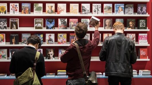 Besucher stehen auf der Frankfurter Buchmesse vor einem Bücherregal des Taschen-Verlages (Archivbild).